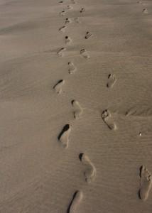 Spaziergang am Meer - Fußspuren am Strand; Foto: Fred Häusler