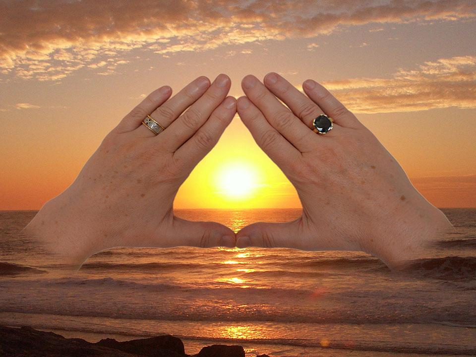 Hände - Sonnenuntergang - Energietherapie MINAROSA; Fotos und Montage: Fred Häusler